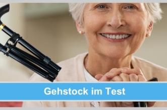 Gehstock im Test - Ältere Frau sitzt auf einem Stuhl und stützt sich auf ihren LuxLife Gehstock auf