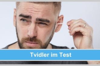 tvidler im Test: Selbsttest des Ohrenreinigers.- Mann reinigt sich angestrengt und skeptisch sein Ohr mit einem Wattestäbchen