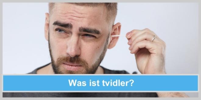 Was ist tvidler? Alternative Ohrreinigerzu Wattestäbchen, Mann reinigt sich mit Wattestäbchen seine Ohren